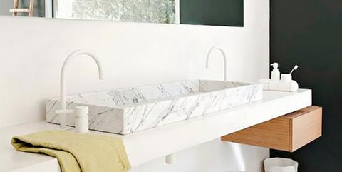 Baños decorado con lavabo en mármol