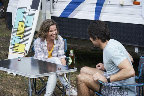 Ben Astoni speaks to Karen Thompson in Home and Away