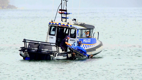 El trailer de Home and Away plantea el misterio de la muerte cuando un cadáver es sacado del agua en un bote