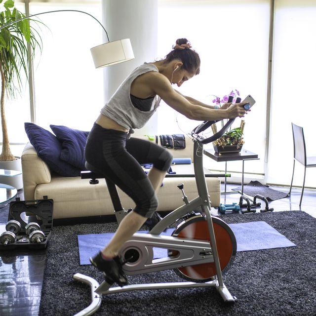 mujer usando bicicleta indoor