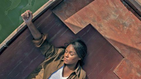 janelle monáe, en una foto promocional de la segunda temporada de la serie 'homecoming', inconsciente en una barca a la deriva en un lago