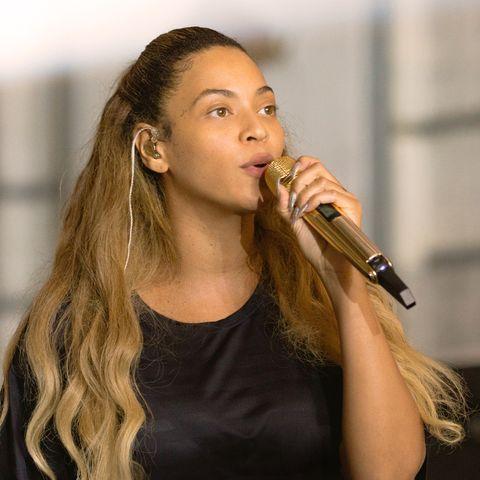 Hair, Singing, Music artist, Singer, Hairstyle, Long hair, Performance, Performing arts, Layered hair, Brown hair,