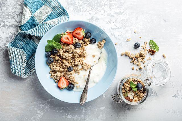 homemade granola on black plate gezond eten