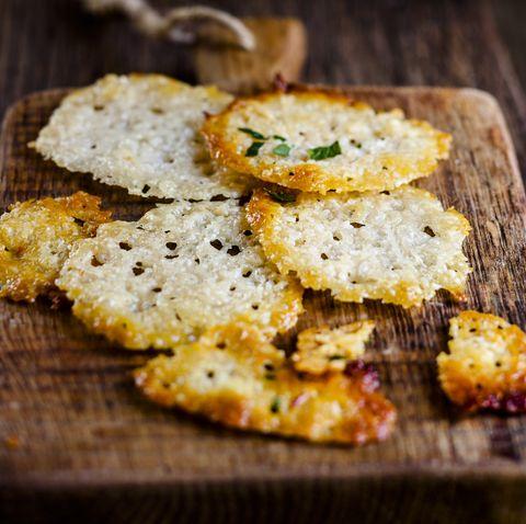 Домашние чипсы с пармезаном
