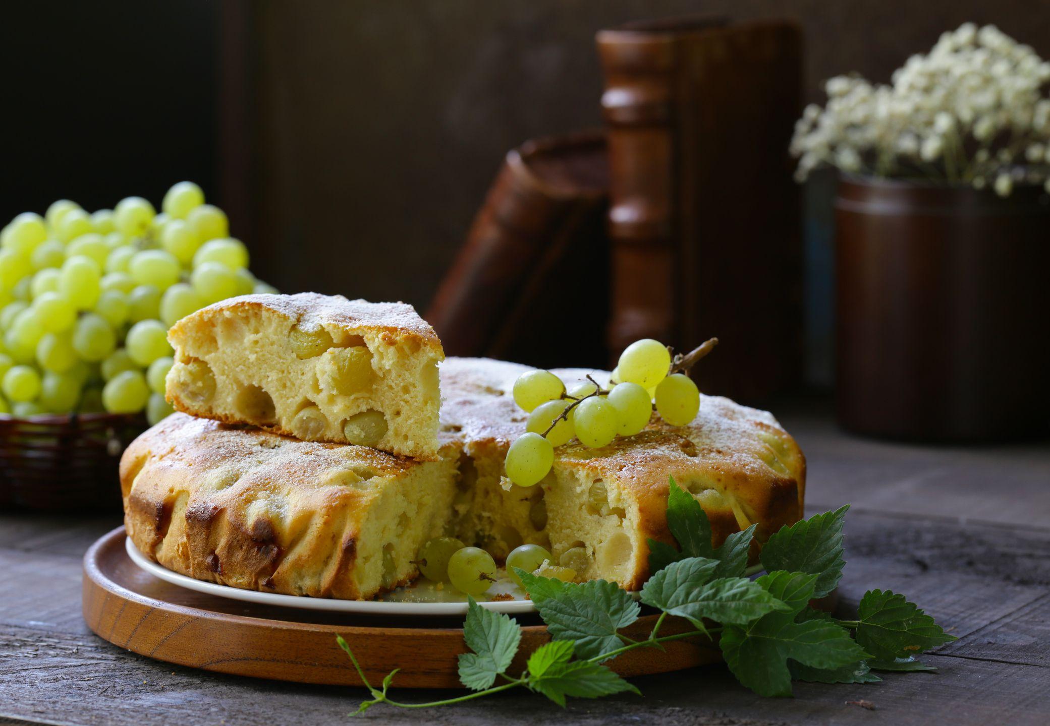 Una soffice torta nuvola all'uva da tuffare in una tazza di tè caldo (e la vita torna a sorridere)