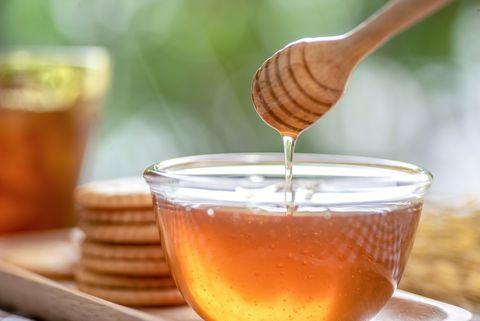 「熱威士忌+蜂蜜」突然爆紅!營養師解析療效關鍵:搭配這款蜂蜜抗菌效果最佳!