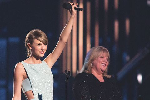 """Taylor Swift Says Her Mom's Brain Tumor Is """"Nothing Like What We've Been Through"""""""