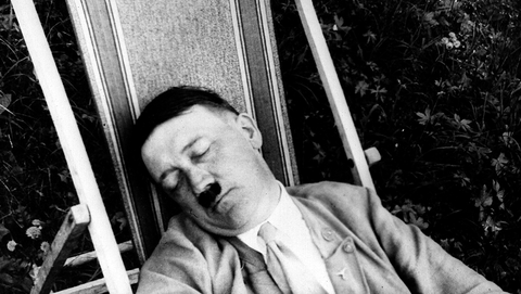 Hitler in een tuinstoel