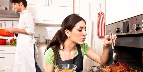Pareja cocinando en el horno
