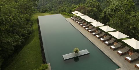 Piscina infinity del hotel Alila Ubud