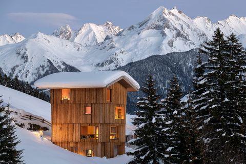 cabaña de madera en la nieve en el tirol
