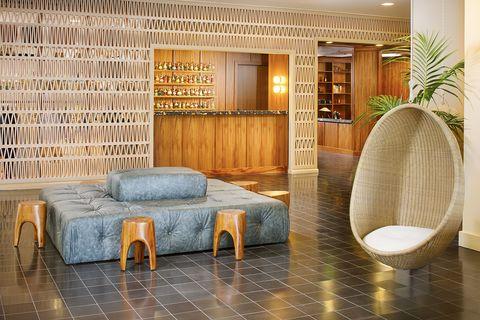 Lobby del hotel The Laylow en Hawái