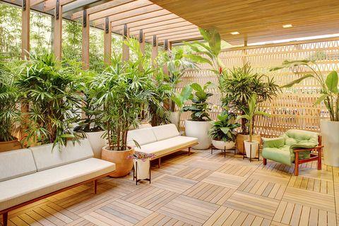 Salón del hotel The Laylow en Hawái