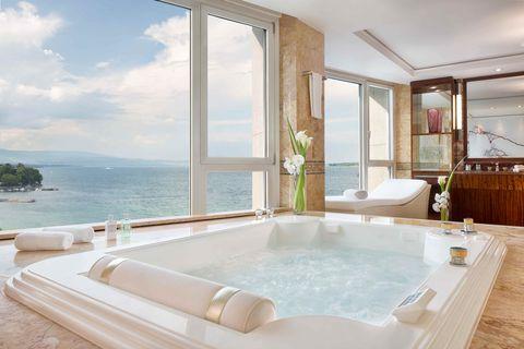 Property, Bathtub, Room, Interior design, Building, Jacuzzi, House, Real estate, Bathroom, Estate,