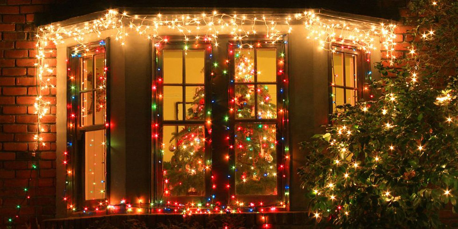 29 Christmas Window Decor Ideas 29 - Holiday Window Decorations