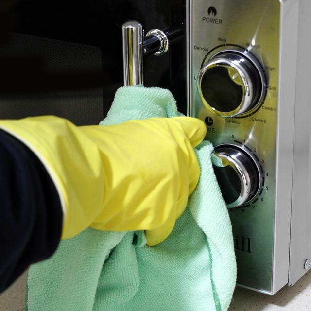how to clean a microwave — deep cleaning microwave with lemon