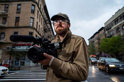 john wilson sosteniendo la cámara en how to with john wilson