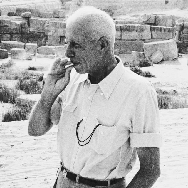 american director howard hawks 1896   1977, right on the set of his film 'land of the pharaohs', on location at the giza plateau in egypt, 1955 behind him is the great sphinx of giza, and the pyramid of khafre    photo by ernst haasgetty images