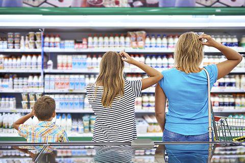 Mensen die etiketten lezen op voedselverpakkingen leven en eten gezonder