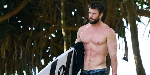 47c5642b3b2c Chris Hemsworth fa surfWikimedia Commons. La depilazione maschile non è più  ...