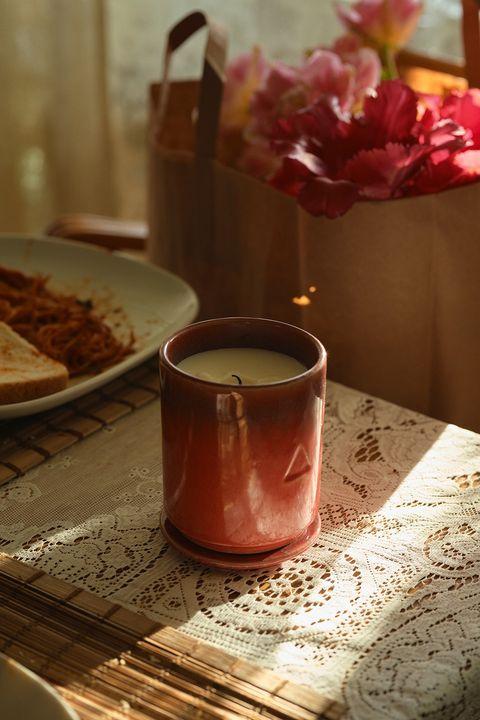 ikea將再度與頂級香氛品牌byredo創辦人ben gorham合作,推出13款「osynlig系列香氛蠟燭」,將人們在家會產生的各種情緒和感受,化成大家心目中「家的味道」。