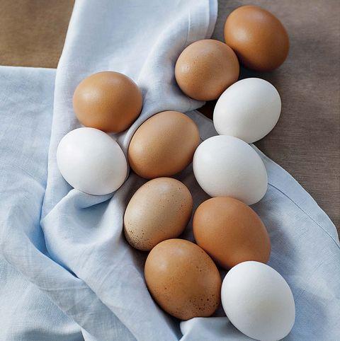 huevos blancos y morenos