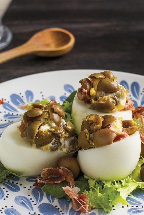 huevos rellenos de jamón y aceitunas