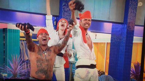 Adara, Hugo Castejón y Dinio durante una fiesta y una guerra de uvas en GH VIP 7