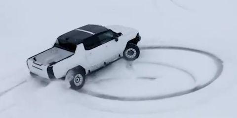 gmc hummer ev donuts en la nieve