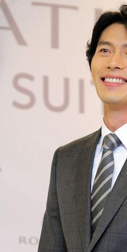 スーツ姿の韓国俳優ヒョンビン