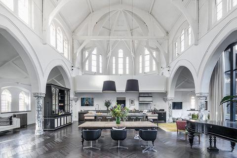 iglesia victoriana transformada en casa de diseño contemporáneo con espacios abiertos