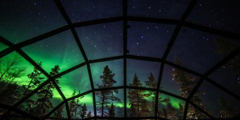 Slaap in een glazen iglo onder het noorderlicht