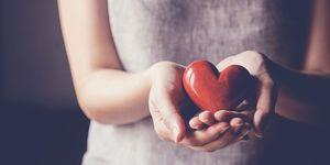 Vrouw houdt speelgoed hart vast
