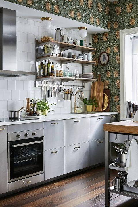 Cocina de IKEA decorada con papel pintado