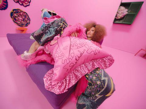 ikea lanza colección limitada karismatisk de la diseñadora de moda zandra rhodes