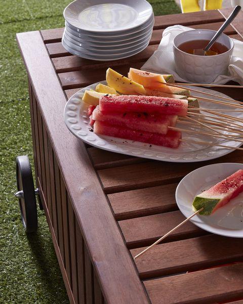 mesa de madera, terraza, vajilla