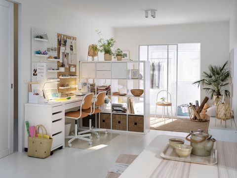 Mesa de escritorio blanca con dos sillas para dos personas