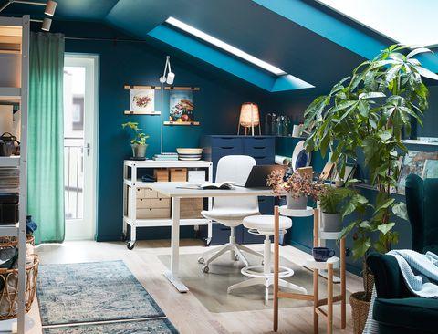 Mesa de escritorio blanca con una silla y taburete a juego