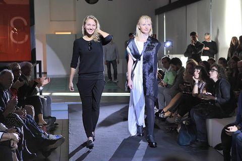 Hair, Footwear, Arm, Leg, Fashion, Suit trousers, Fashion design, Audience, Fashion model, Runway,