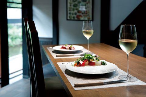 ヴェルデ イタリアーノ イル ヴェーゴの店内 カウンターでいただくスペシャリテのサラダと北イタリアの白ワイン