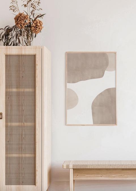 Rincón decorado con muebles de madera y una ilustración en tonos nude