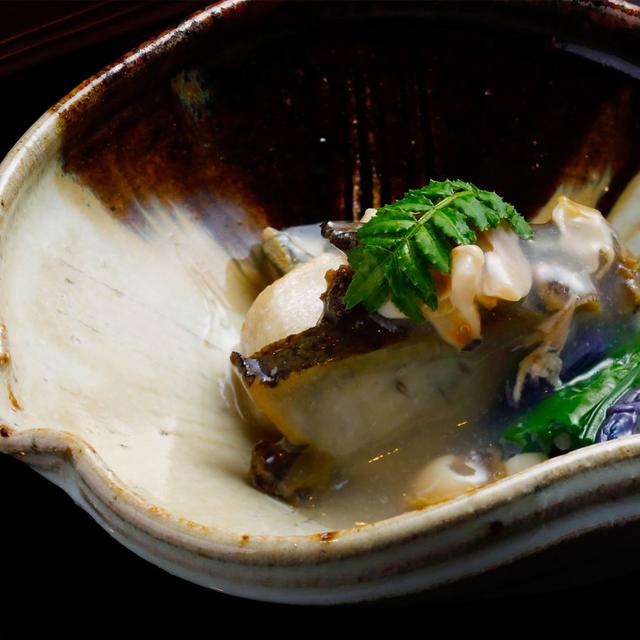 新小芋と黒鮑の炊き合わせ はまぐりのスープとともに