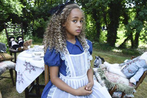 安潔莉娜裘莉《愛麗絲與夢幻島》預告,化身「愛麗絲」和「彼得潘」兄妹的神祕媽媽