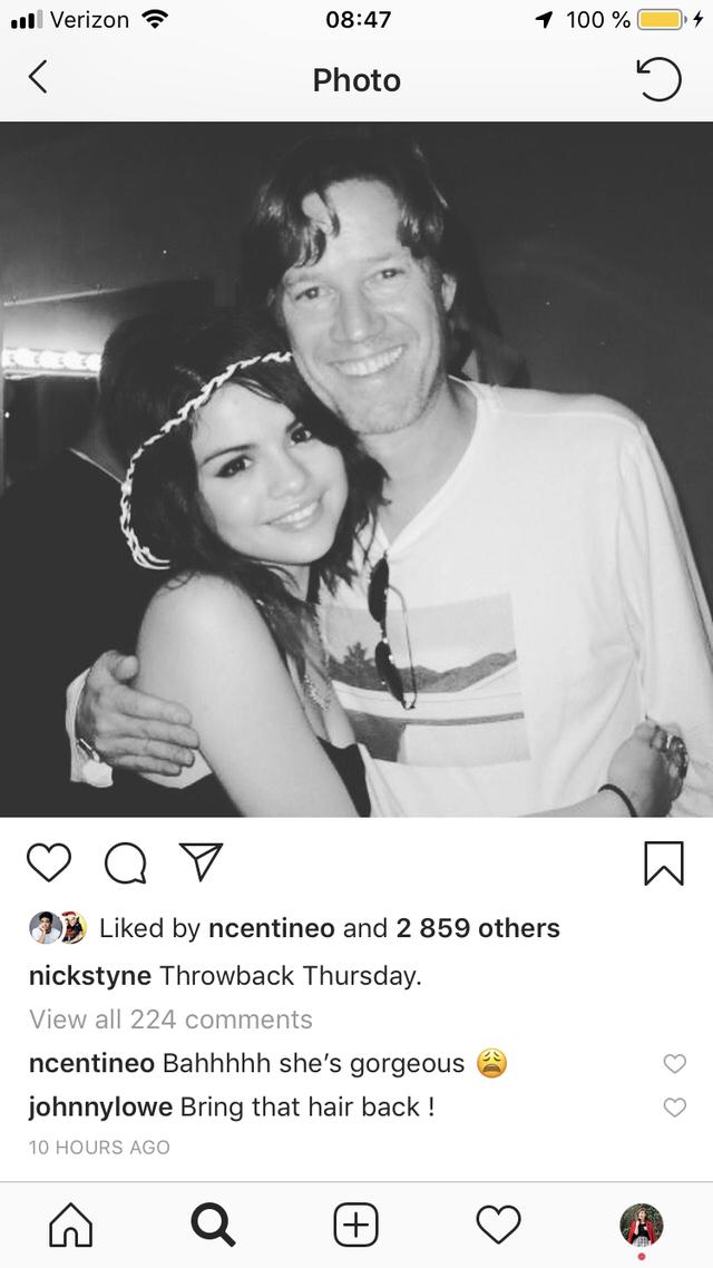 Noah Centineo menunjukan kekagumannya pada Selena Gomez saat ia menulis komentar di posingan Nick Styne (dok. Elle)
