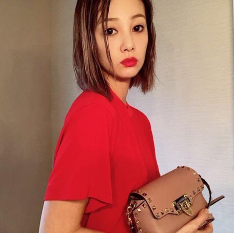 Shoulder, Handbag, Lip, Pink, Bag, Fashion accessory, Footwear, Joint, Material property, Beige,