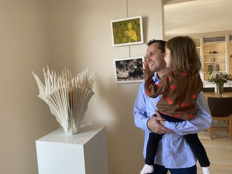 """パリの自宅に飾っている奈良さんの作品 """"bone flower"""""""