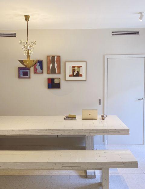 大沢昌助の作品のコラージュが壁に飾られたスペース