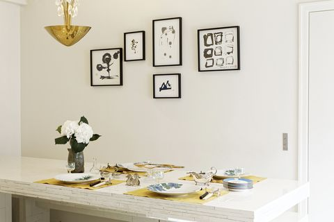 お気に入りのテーブルセッティング 。背景にはmaaya wakasugiの作品を掛けて