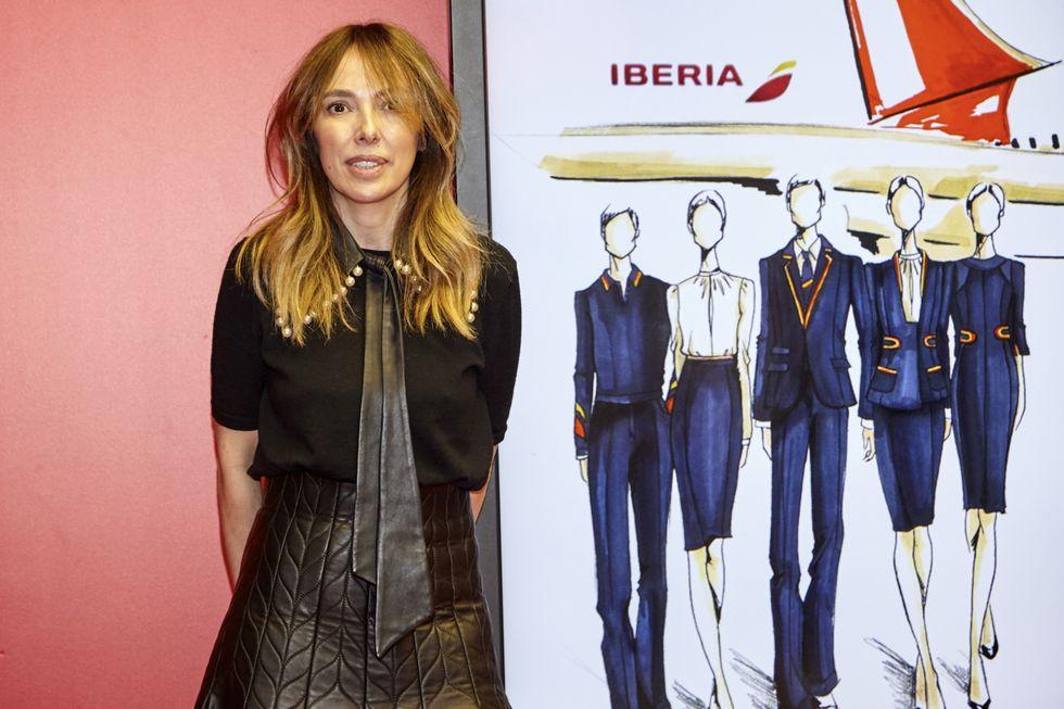 Teresa Helbig es la primera mujer en diseñar el uniforme de la tripulación de Iberia (harpersbazaar.com)