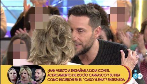 María Teresa Campos y Antonio David Flores se dan un beso en su reencuentro en directo